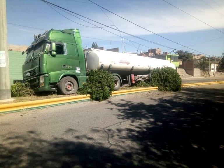 Cisterna boliviano protagoniza choque en avenida de Samegua