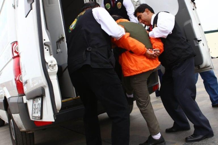 Intervienen a sujeto acusado de sustraer maletas de vehículo en la calle Matará
