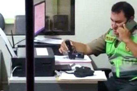 Supuesto policía armado, amenaza con pistola e intimida a veraneante
