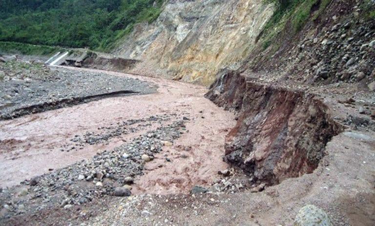 Lluvias y huaicos bloquean vías en el distrito de Ichuña
