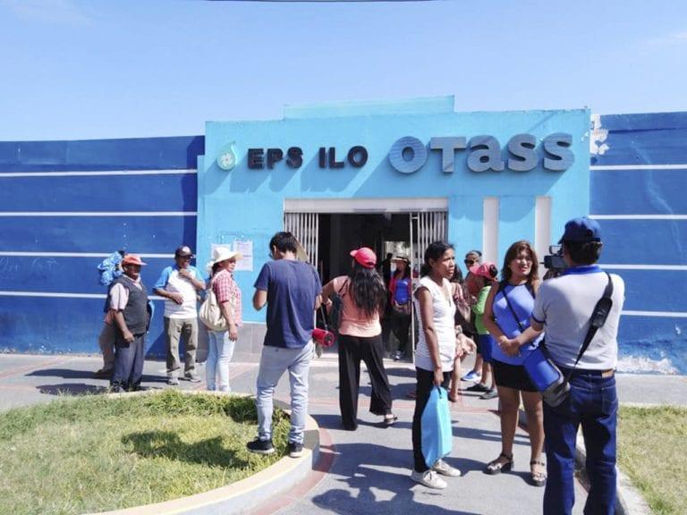 Grupo de ciudadanos realizan plantón frente a la EPS Ilo