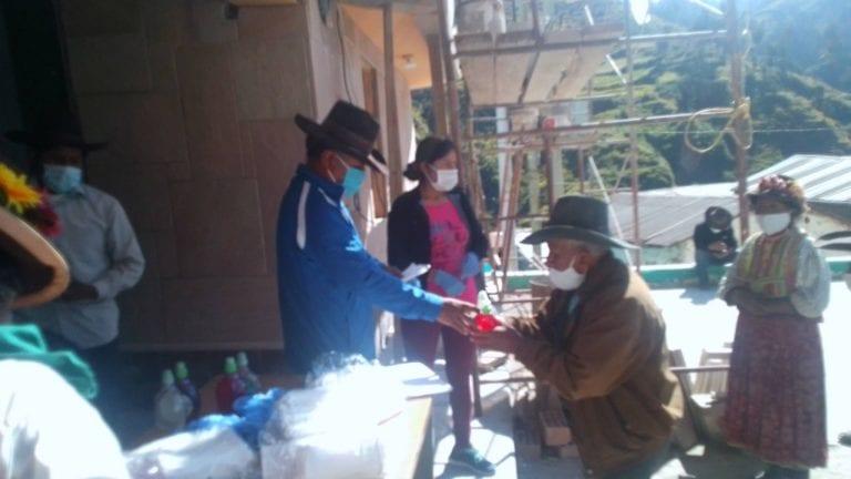 Inician la entrega de mascarillas, guantes, jabón líquido y alcohol en gel a pobladores