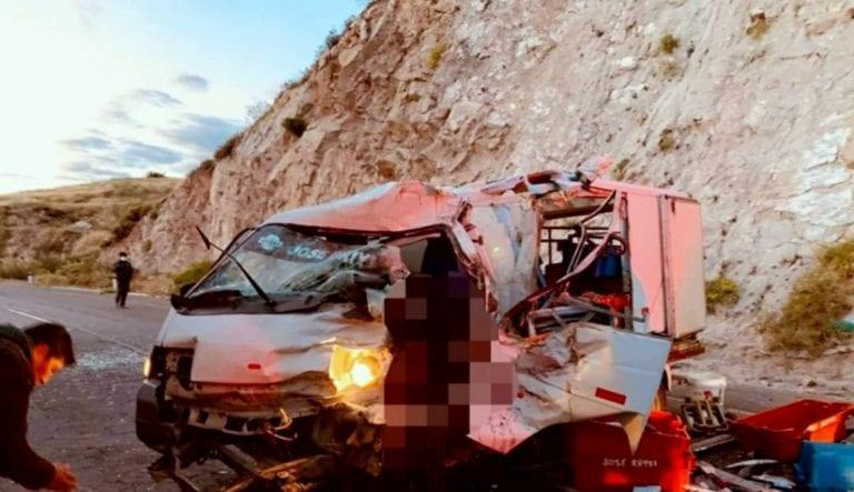 Choque frontal entre tráiler boliviano y furgón deja un muerto