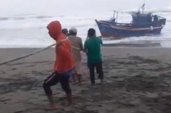 Cuatro tripulantes se salvan de milagro tras varar embarcación