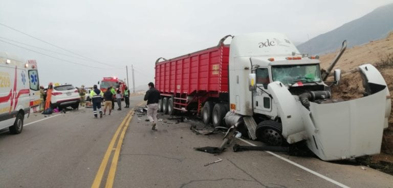 Choque frontal de tráiler y camioneta deja dos muertos y dos heridos