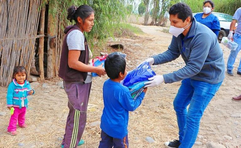 Alcalde punteño entrega ropa de invierno a población necesitada de su distrito